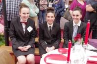 Trois concurrentes du concours Arts de la table avec les élèves des lycées hôteliers